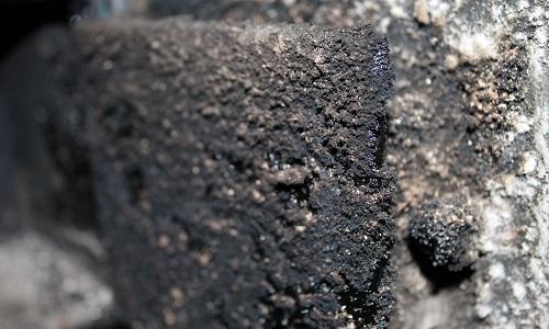 Fot. Cząsteczki sadzy które osadzają się na powierzchni przewodu kominowego